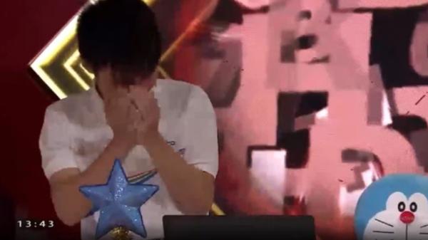Nam sinh Nghệ An đổ rạp xuống sàn, khóc nức nở khi bị loại khỏi trận chung kết năm Olympia vì lý do không tưởng