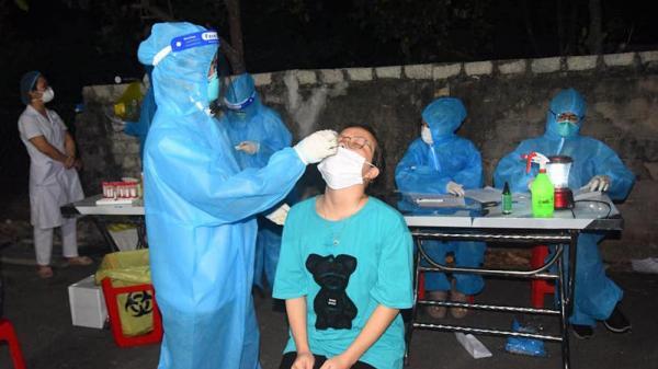 Không khai báo dù từng đến ổ dịch lớn, tiểu thương nhiễm Covid-19 lây cho chồng và con