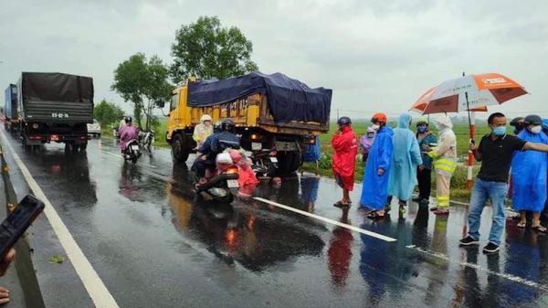 Trên đường về quê tránh dịch gặp mưa to, người đàn ông tông vào xe tải đang dừng tử vong