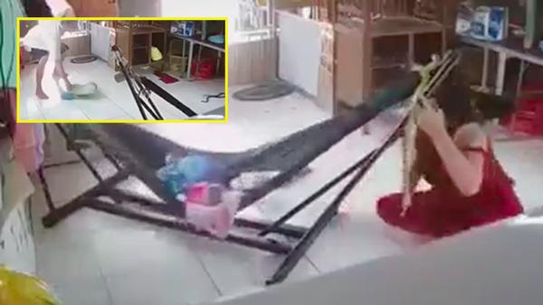 Clip: Nằm giữa sàn ru con ngủ, người phụ nữ hoảng hốt thấy rắn trườn vào nhà, phản ứng của người chồng khiến tất cả ngỡ ngàng
