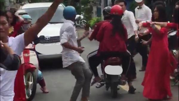 """Dân mạng tranh cãi quanh clip đám cưới vui quá đà, cả đoàn ra giữa đường """"QUẨY"""" chặn đầu xe tải"""