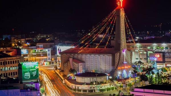 Đừng mải mê tìm không khí Giáng sinh nơi nào, nhà thờ chánh tòa Long Xuyên đẹp thế này cơ mà!