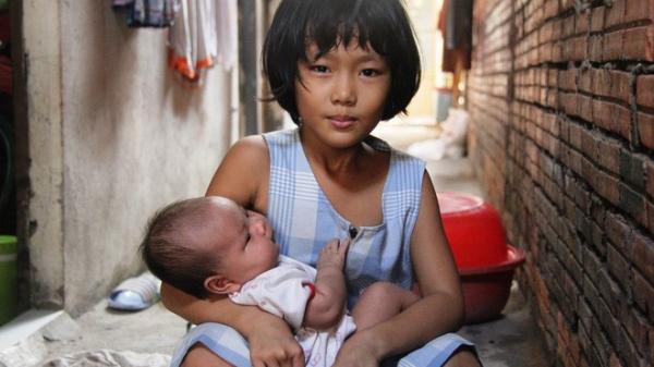 Bố bỏ đi theo vợ nhỏ, bé gái 7 tuổi nghỉ học ở nhà lấy sữa lon pha loãng cho em 2 tháng uống vì không có tiền