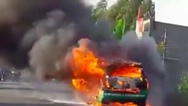 KINH HOÀNG: Xe taxi bốc cháy, tài xế cùng khách đạp cửa thoát thân