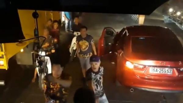 """Nhóm thanh niên đi xe ôtô con hung hãn cầm gậy sắt đánh tài xế xe khách trên phà Vàm Cống                                <span class=""""ico-video""""></span>"""