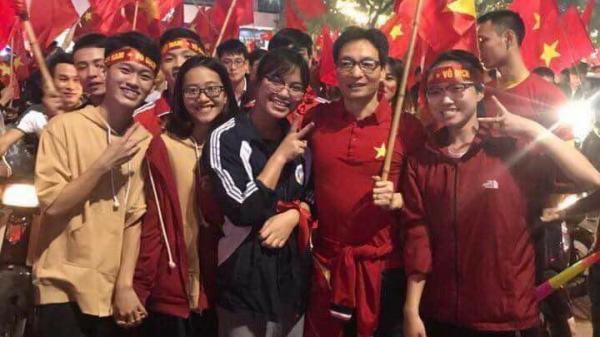 """Phó Thủ tướng Vũ Đức Đam xuống đường, """"đi bão"""" mừng U23 Việt Nam chiến thắng"""