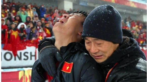 Hình ảnh Tiến Dũng khóc nức nở giữa trời mưa tuyết khiến người hâm mộ quặn lòng