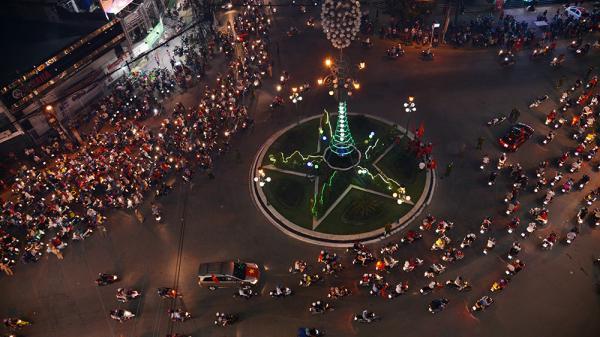 """Người dân An Giang đổ ra đường mừng """"chiến thắng"""" của Á quân U23 Việt Nam"""