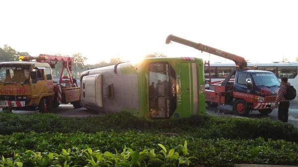 Phá cửa giải cứu gần 10 hành khách la hét thất thanh trong xe khách bị lật chạy hướng miền Tây lên Sài Gòn
