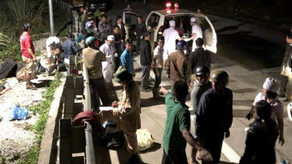 Người bị thương nằm la liệt ở hiện trường xe khách rơi xuống vực sâu