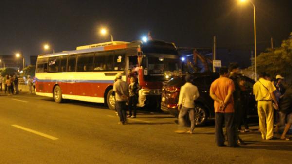 Xe khách chở công nhân đi lễ chùa An Giang, tài xế gây tai nạn rồi bỏ vô quán ngồi nhậu để tránh đo nồng độ cồn