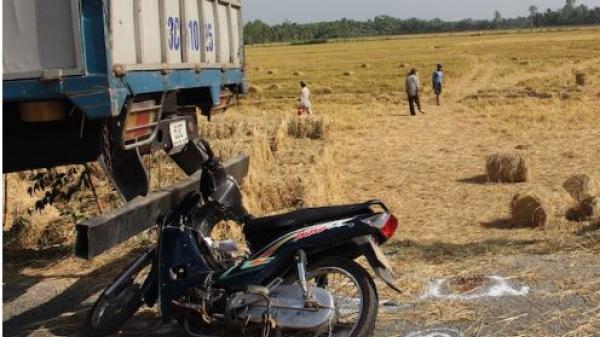 Miền Tây: Bất ngờ tông vào xe tải chở rơm bên đường, người phụ nữ tử vong tại chỗ