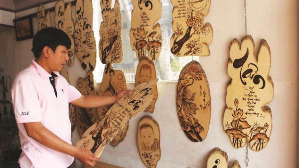 Chàng họa sĩ tài ba An Giang 'yêu' quê hương qua nghệ thuật vẽ tranh bút lửa