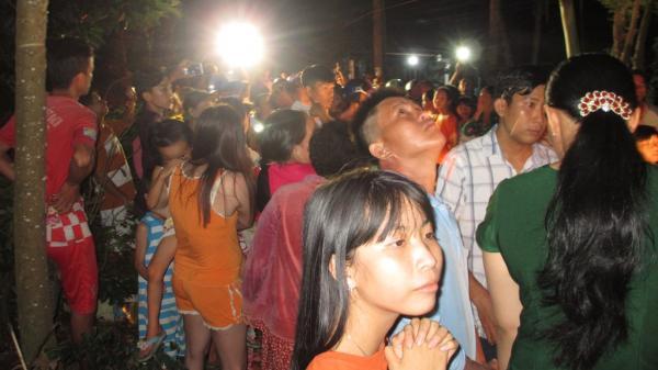 """Miền Tây: Hàng ngàn người dân hiếu kỳ đổ về cây còng """"phun nước"""" kỳ lạ vào ban đêm"""