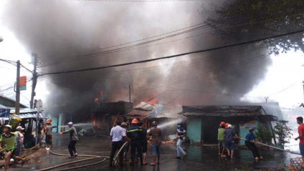 Cận cảnh biển lửa dữ dội thiêu rụi cả dãy nhà ở miền Tây