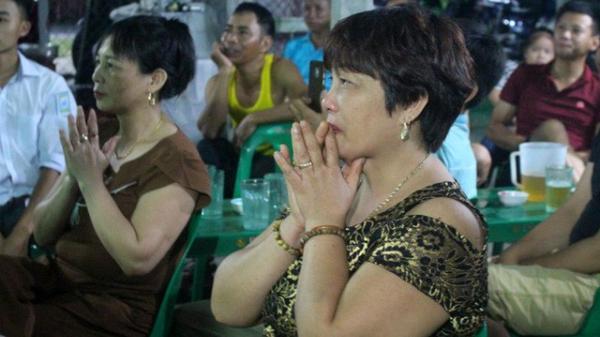 Mẹ Đức Huy đau buốt tim khi nhìn con trai bị cầu thủ Philippines đốn ngã