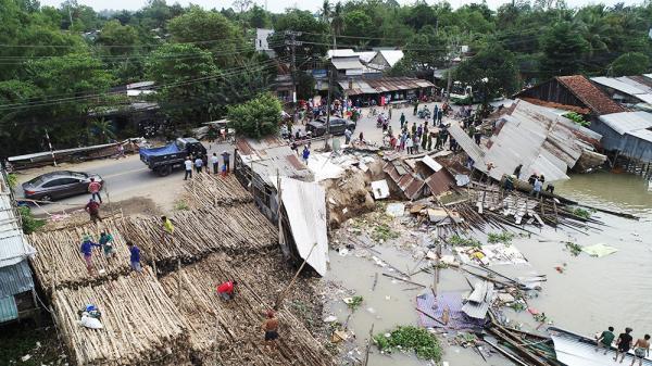 An Giang: Hiện trường vụ sạt lở nghiêm trọng làm 3 nhà dân trôi xuống sông, người dân tháo chạy giữa trưa