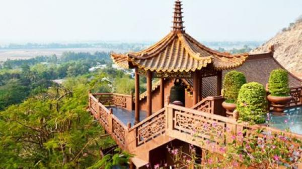 Kỳ lạ ngôi chùa ' treo' bên vách núi ở Cần Thơ