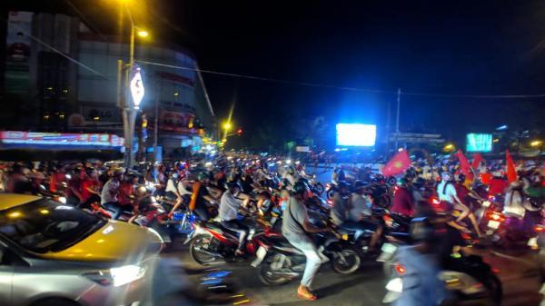 Người dân Cần Thơ xuống đường ăn mừng Việt Nam vào chung kết