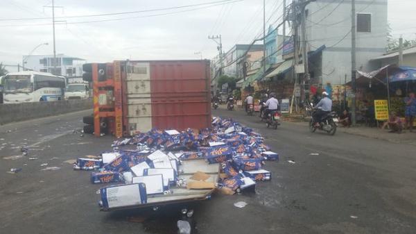 Hàng trăm thùng bia tràn ra đường, nhiều người nhặt mang đi mặc cho tài xế can ngăn