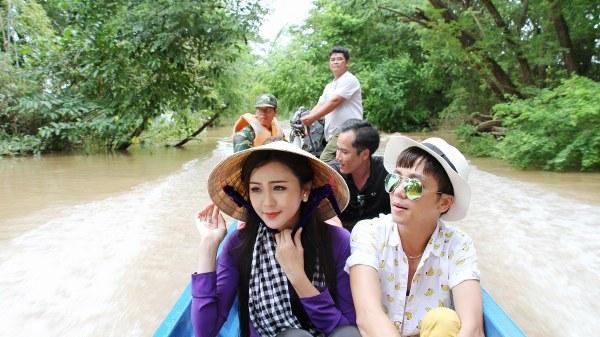 Hoa khôi Nam Bộ Hải Yến đi thuyền vượt lũ cứu trợ người dân An Giang