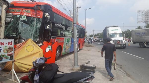 Vĩnh Long: Sau tiếng va chạm kinh hoàng xe khách Phương Trang nát bươm, hành khách hoảng loạn