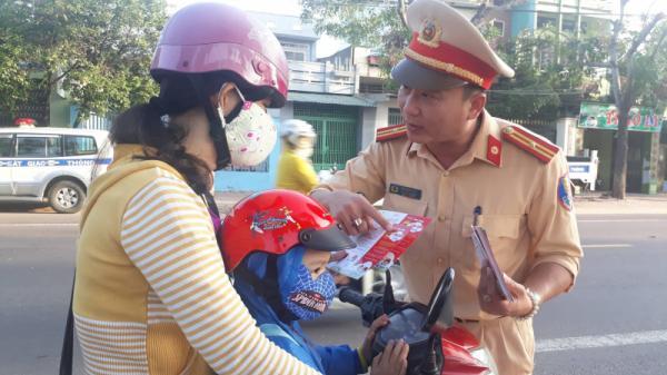 CSGT ở An Giang và một số tỉnh xuống đường, tặng hàng ngàn phiếu mua mũ bảo hiểm cho học sinh