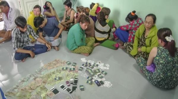 Vĩnh Long: Triệt phá sòng bạc lớn, bắt nhiều quý bà đang say sưa s.át phạt nhau