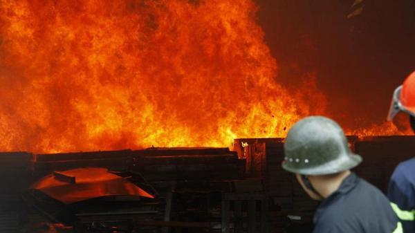 NÓNG: Công ty gỗ bốc cháy dữ dội, thiêu rụi toàn bộ nhà xưởng trong lúc công nhân đang làm việc
