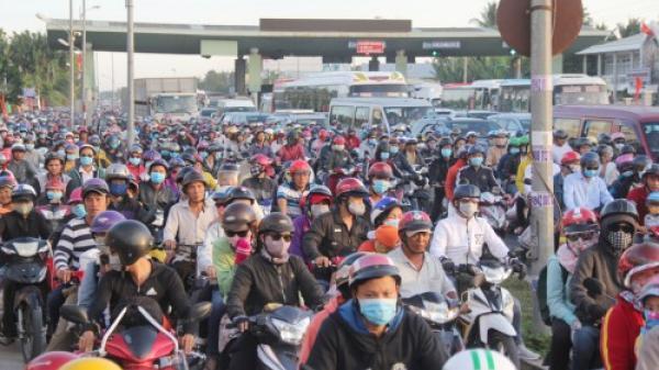 Dòng người từ Vĩnh Long và các tỉnh miền Tây  ùn ùn đổ về TP. HCM sau kỳ nghỉ Tết, cầu Rạch Miễu chật cứng vì quá tải