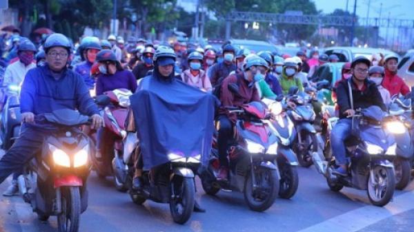 Người dân Nam Bộ co ro trong áo mưa chống rét ngày đầu năm mới