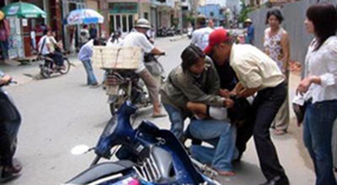 Miền Tây: Nữ bác sĩ truy bắt 2 tên cướp điện thoại như phim hành động