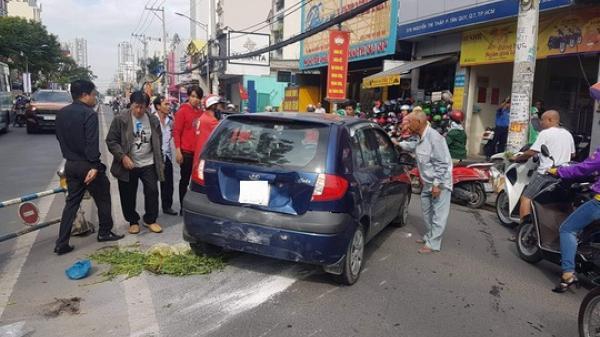 Cụ ông 66 tuổi lái thử ôtô, tông hàng loạt xe máy