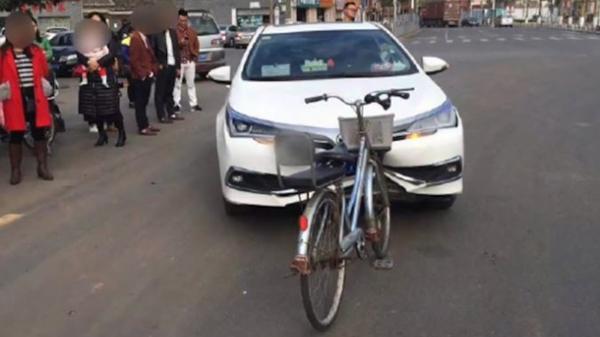 Hy hữu: Xe đạp đâm móp đầu ô tô Toyota nhưng không hề hấn gì