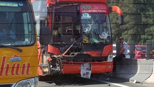 Long An: Xe khách Phương Trang bất ngờ tông vào đuôi xe tải nát bươm, kẹt xe kéo dài