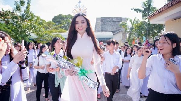 An Giang: Hoa khôi Hải Yến trở về tri ân trường cũ nhân ngày khai giảng