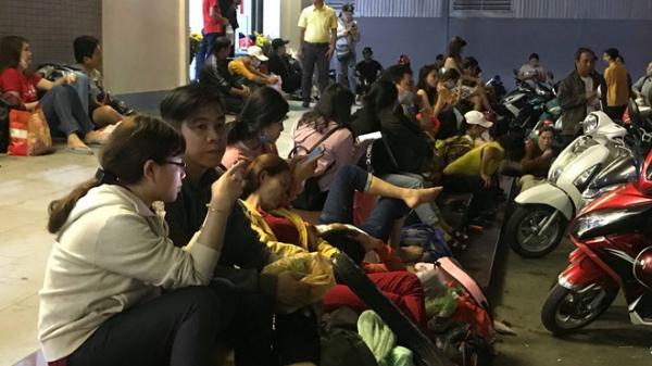 Cầu Mỹ Thuận ùn tắc đến giữa khuya, người dân Cần Thơ bó gối trong bến xe