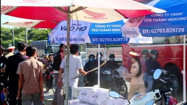 Vĩnh Long: Chủ nhà mang gậy ra đuổi CSGT phát nước cho người đi đường