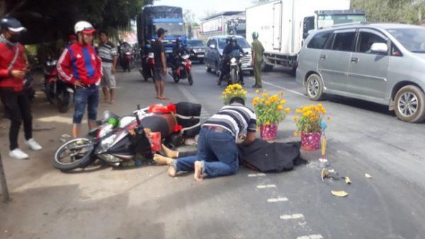 Xót xa chồng gào khóc ôm thi thể vợ bị xe khách cán ch.ết tại chỗ trên đường trở lại thành phố