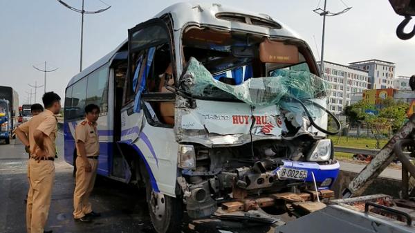 Xe khách Đồng Tháp tông đuôi xe container, tài xế cùng nhiều hành khách nhập viện cấp cứu