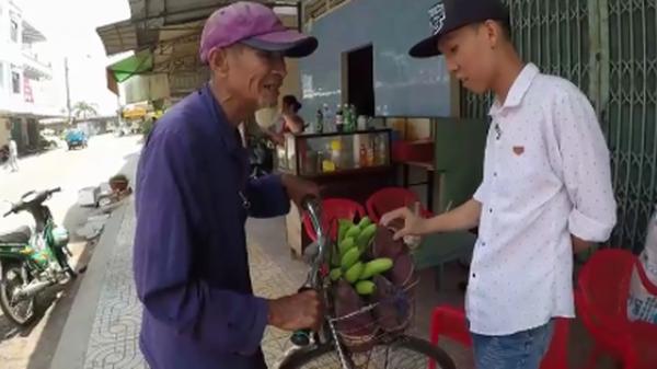 Ông cụ 83 tuổi lưng còng, rong ruổi đạp xe hơn 20km đến Đồng Tháp đi bán chuối để kiếm tiền nuôi vợ khiến nhiều người nhói lòng