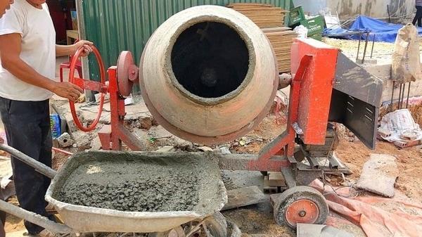 Cánh tay anh thợ hồ miền Tây bị cuốn vào máy trộn bê tông