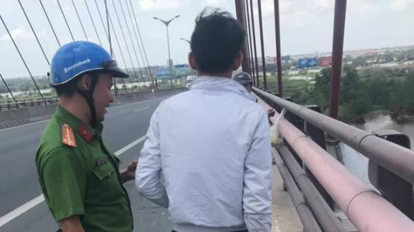 """Cảnh sát khuyên giải nam thanh niên nhảy cầu Cần Thơ: """"Em đừng vì người con gái xa lạ mà làm chuyện dại dột"""""""
