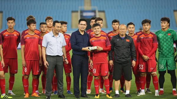 Chưa thi đấu bầu Tam chơi lớn thưởng nóng CỰC KHỦNG cho U23 Việt Nam ngay trên sân tập