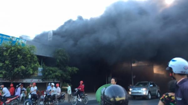 Miền Tây: Cháy lớn tại cửa hàng SYM thiêu rụi nhiều xe máy