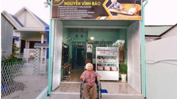 Nhạc sư 101 tuổi nổi tiếng mở hiệu đàn dân tộc trên đất sen hồng