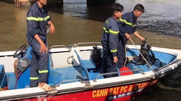 Thanh niên để lại xe máy trên cầu rồi đi chơi, để mặc hàng chục cảnh sát nhảy xuống sông mò tìm