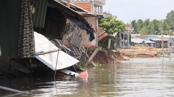 Cần Thơ: Đang ngủ, bất ngờ hàng loạt căn nhà bị nhấn chìm xuống sông, nhiều người bỏ chạy