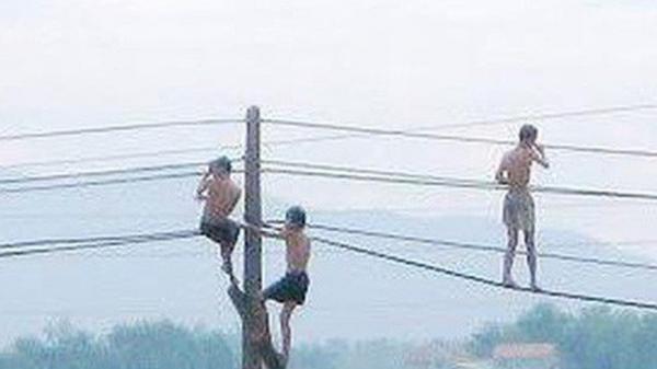 Đu dây điện khi tắm ao, 4 cháu nhỏ bị giật thương vong