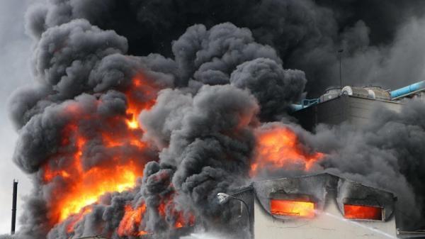 Đang cháy dữ dội tại công ty lớn, khói đen bốc ngùn ngụt cao hàng trăm mét
